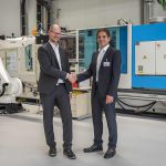 AZL: Robotergeführtes 3D-Laserstrahlsystem agiert mit 2K-Spritzgießzelle