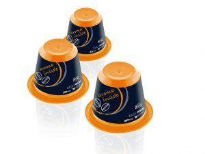 IML-Leichtgewichte: Die Einweg-Kaffeekapseln werden mit kleinsten Labels sowie in Mehrkomponententechnik spritzgegossen. (Foto: Beck Automation)