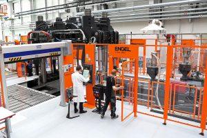 Die Spritzgießmaschine v-duo 3600 in der Open Hybrid LabFactory in Wolfsburg ist unter anderem für das Projekt ProVorPlus mit dem Fokus auf funktionsintegrierte Prozesstechnologien zur Vorkonfektionierung von FKV-Metall-Hybriden bestimmt. (Foto: Open Hybrid LabFactory)