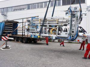 Hier wird die fertig montierte Maschine vom Tieflader entladen. (Foto: Marbach)