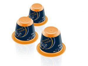 Die IML-dekorierte Kaffee-Kapsel wird im Coinjection-Verfahren hergestellt und bietet mit dem Kern aus EVOH einen hervorragenden Aromaschutz. (Foto: Netstal)