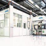 Spritzgießverfahren in einem Reinraumsystem Cleancell 4.0 der ISO-Reinraumklasse 7. (Foto: Schilling Engineering)