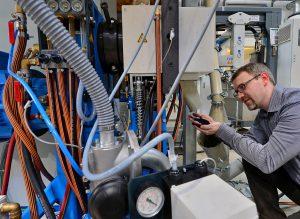 Der Reaktruder vermahlt die Elastomer-Reste. Dr. Stefan Hoyer, wissenschaftlicher Mitarbeiter am Institut für Strukturleichtbau der TU Chemnitz, begutachtet das Feinmehl. (Foto: Hendrik Schmid)