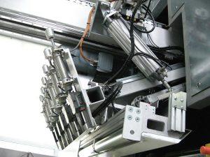 Parallelogramm-Greifschieber (hier in Ruheposition) mit integrierter Messsensorik zum vollautomatischen Zuführen gestapelter Polypropylenplatten zur Zerkleinerungsmühle. (Foto: Stöcker)