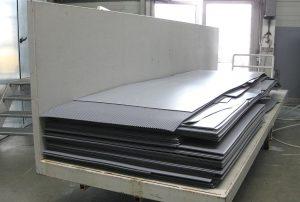 Die bis zu 5.000 x 1.400 mm großen und bis zu 11 mm dicken PP-Plattenreste werden auf langen Transportwagen zur neuen Aufbereitungsanlage von Infinex gefahren. (Foto: Stöcker)