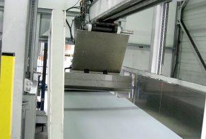 Nach dem Ermitteln des Höhenprofils des Plattenstapels beginnt der kombinierte Greifschieber damit, die PP-Platten im Zusammenspiel mit dem Hubgerät zu vereinzeln und der Zerkleinerungsmühle zuzuführen. (Foto: Stöcker)