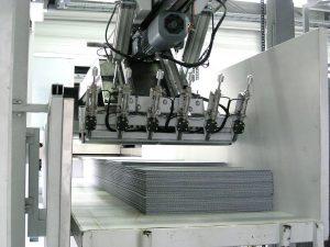Die Greifersektion des Getecha-Manipulators: Sechs pneumatisch betätigten Nadeln haken sich in die Platten ein, um sie vom Stapel weg zur Zerkleinerungsmühle zu ziehen. (Foto: Stöcker)