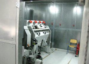 Mühle in der Schallschutzkabine: Das Zerkleinern der PP-Reste in extrudierfähige Partikel erledigt eine RotoSchneider RS 6015von Getecha. (Foto: Stöcker)
