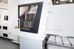 Kompakt integriert: Der Rohrverteiler findet innerhalb der Maschinenschutzverkleidung Platz. (Foto: Engel)