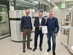 Gregor Reischle vom Weltmarktführer EOS (Mitte) bescheinigte Rapid-Prototyping-Leiter Markus Schrittwieser (links) und Geschäftsführer Wolfgang Humml herausragende Qualität beim Lasersintern. (Foto: 1zu1 Prototypen)