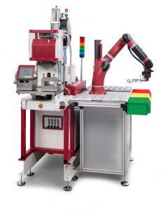 Durch den kollaborativen Smartroboter vom Typ Sawyer (Hahn Robotics) ist eine aufwändige und teure Schutzeinhausung der Produktionszelle überflüssig. (Foto: Babyplast)