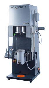 Das Schmelzindex-Prüfgerät mi40 wird über ein flexibel positionierbares Touchpanel bedient. (Foto: Göttfert)