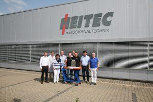 Das Team der ersten Stunde – in der Mitte das 2-Kavitäten-Werkzeug für das Siphon-Unterteil. Rechts im Bild Geschäftsführer Hans Schreck. (Foto: Heitec)
