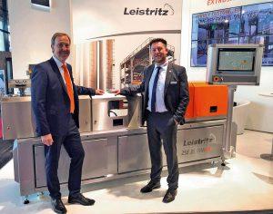 Nach der Vertragsunterzeichnung am Leistritz-Stand: Frank-Michael Funk (l.), Vertriebsleiter Deutschland bei Leistritz, und Sven Gnegeler, Geschäftsführer von Geba. (Foto: Leistritz)