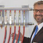 """Vertriebsleiter Armin Becker informierte am Fakuma-Messestand über das neue """"Locking System"""" und die Durchflussregler der Serie MDR. (Foto: K-AKTUELL)"""