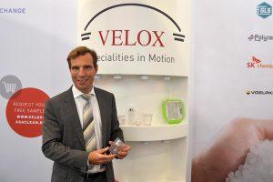 Velox-Geschäftsführer François Minec präsentierte die neue Eigenmarke auf der Fakuma. (Foto: K-AKTUELL)