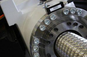 Geräuscharme Einspritzspindel mit modernem Kugelgewindetrieb: Die neue Spindel benötigt weniger Schmierfett. (Foto: Wittmann Battenfeld)