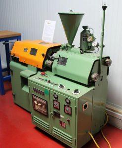 Battenfeld-Maschine aus dem Jahr 1968 – heute nur noch mit Museumswert. (Foto: Wittmann Battenfeld)