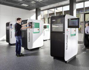 Im Arburg Prototyping Center werden seit dem Frühjahr 2017 mit sechs Freeformern Musterteile für potenzielle Kunden produziert. (Foto: Arburg)