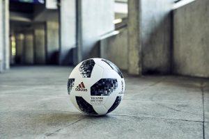Unter der Außenhaut des offiziellen WM-Balls Telstar 18 befindet sich eine Moosgummischicht aus biobasiertem EPDM. (Foto: Adidas)