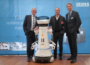 Die Desma-Geschäftsführer Martin Schürmann (l.) und Dr. Harald Zebedin (r.) sowie Keynote-Speaker Prof. Dr.-Ing. Thomas Bauernhansl mit dem humanoiden Roboter, der die Besucher begrüßte. (Foto: Desma)
