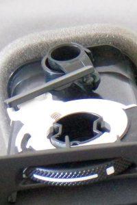 Außerhalb des Gehäuses befindet sich die Mechanik der Bedienelemente. Mittig die Stange zur Kraftübertragung aus Hostaform C 9021 XAP² schwarz. (Foto: K.D. Feddersen)