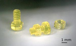 3D-gedruckte Schraube (Durchmesser 1,3 mm) mit passender Mutter. (Foto: Nanoscribe)