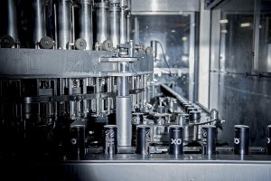 Die Deckel mit dem patentierten Verschluss werden heute bereits in Millionen-Stückzahlen an die Getränkeindustrie weltweit ausgeliefert. (Foto: Xolution)