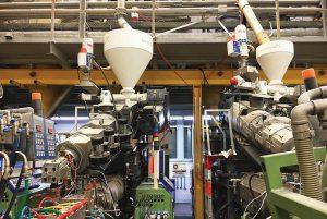 Die Co-Extrusionsanlagen mit den neuen Co-Extrudern in Huckepackanordnung im Werk von Inoutic in Bogen. (Foto: Inoutic)