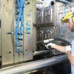 Reinigen der Formen mit der Trockeneisstrahltechnologie. (Foto: Asco)