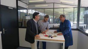 v.l.: Peter Schneider (Leiter Produktion), Dominik Gartler (Bereich Unterhalt) und José Fernandez (Anwendungstechniker/Vertrieb Trockeneissysteme). (Foto: Asco)