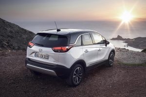Opels neuer Familien-SUV Crossland X fällt mit einer markanten Linienführung auf, zu der auch die in die Heckleuchten integrierten auffälligen Lichtleiter beitragen. (Foto: Opel)