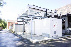 Die Kälteanlage wurde in einem Doppelcontainer installiert, als Baueinheit mit den Kondensatoren und dem Freikühler. (Foto: L&R)