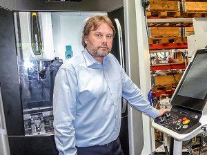 Geschäftsführer Michael Hass ist zufrieden: Fünf Werkzeugmacher beschäftigt der Betrieb, die mit vier CNC-Bearbeitungsstationen und je einer Draht- und Senkerodiermaschine die Formen bauen. (Foto: Sumitomo (SHI) Demag)