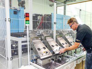 Produktionsmanager Thomas Wenzel wirft einen Blick auf seine Produkte. Kavitätenabhängig fördert die Automatisierung die Verpackungen in den korrespondierenden Behälter. (Foto: Sumitomo (SHI) Demag)
