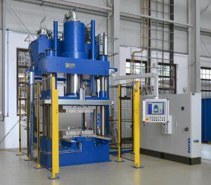 Die Oberkolbenpresse im WKI-Technikum dient der Einwicklung von Verbundmaterialien. (Foto: Rucks)