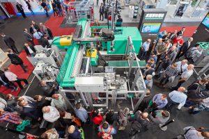 Eine Turnkey-Anlage rund um einen elektrischen Zwei-Komponenten-Allrounder 570 A produziert im Spritzgießtakt vollautomatisch zweifarbige LSR-Uhren. (Foto: Arburg)