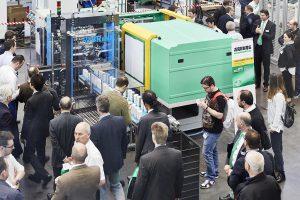 Eine Fertigungszelle mit einem hybriden Allrounder 570 H in Packaging-Ausführung fertigt auf der NPE 2018 vier IML-Becher in rund 1,9 s. (Foto: Arburg)