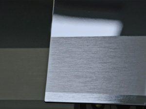 Durch Kombination von werkzeugseitiger Strukturierung und Laserbehandlung entstehen Bürstoptiken auf den verchromten Kunststoffbauteilen. (Foto: BIA)
