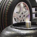 Zu den Lösungen für die Herstellung von Reifen gehören u. a. umweltfreundliche Trennmittel, Reifenmarkierungsfarben und Reifen-Vulkanisationsheizbälge. (Foto: Lanxess)