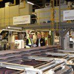 In der Bremsschlauchfertigung bei ContiTech in Korbach sorgt Röntgenmesstechnologie für die Inline-Qualitätskontrolle: Peter Hügen (l.), Vertriebsingenieur Sikora, und Jan Eric Theis (r.), Leiter Plant Engineering Schläuche ContiTech. (Foto: Sikora)
