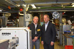 Das Sikora-Röntgenmesssystem wird bei ContiTech zur Messung der Konzentrizität eingesetzt: Jan Eric Theis (l.), Leiter Plant Engineering Schläuche ContiTech, und Peter Hügen (r.), Vertriebsingenieur Sikora. (Foto: Sikora)