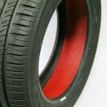 Das Compound zum Abdichten von defekten Reifen wird auf der Innenseite aufgetragen. (Foto: Arlanxeo)