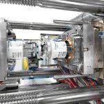 Für großvolumige Verpackungen: Spritzgießmaschinen der GX-Baureihe bieten viel Platz für große Werkzeuge und Kühlwassersysteme. (Foto: Krauss Maffei)