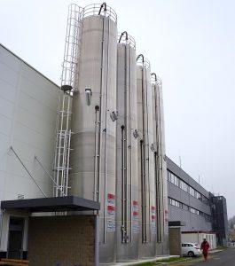 Angeliefertes Material wird in vier Doppelkammersilos gelagert. (Foto: Reinhard Bauer)