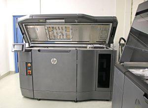 Der Drucker HP Jet Fusion 4200 in Bayreuth. (Foto: NMB)