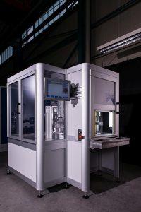 Die kompakte Ultraschallschweißanlage verfügt über den eigentlichen Schweißbereich sowie eine Station für die Qualitätskontrolle. Sie ist für einen Durchsatz von 600 Teilen pro Stunde aus gelegt. (Foto: Weber Ultrasonics)