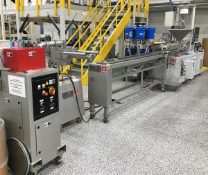 Der Laborextruder ZE 28 BluePower produziert Farbmasterbatches wirtschaftlich und in hoher Qualität. (Foto: Krauss Maffei Berstorff)