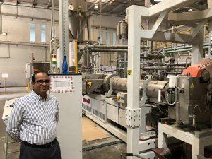 Maheshwar Akkala, Division Manager-Plastic Products bei Consent, vor der neuen Anlage. (Foto: Gneuß)