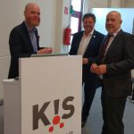 Die Messe ist eröffnet: Veranstalter Udo Werner (r.), Moderator Thomas Gloth (M.) und Auftaktredner Klaus Jansen (l.) freuen sich über den gelungenen Start. (Foto: K-PROFI)